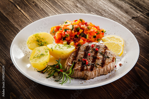 Papiers peints Steakhouse Grilled steak, boiled potatoes and vegetable salad