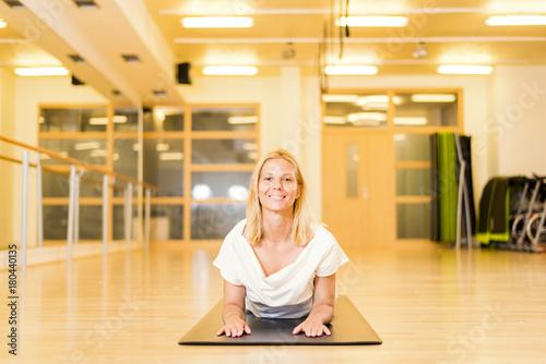 Fotobehang School de yoga Woman doing yoga in studio