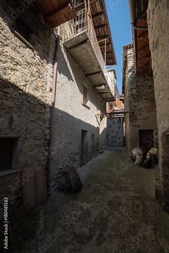 Fotobehang Smalle straatjes Altes norditalienisches Bergdorf