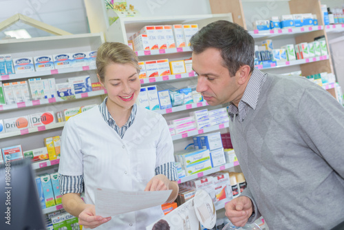 Papiers peints Pharmacie pharmacist and client at pharmacy