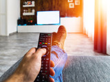 Zappen / Fernsehen auf der Couch / Blanko TV - 180491129