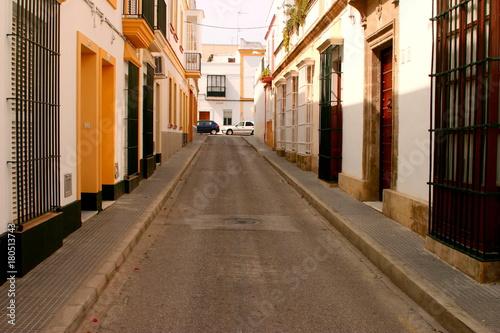 Tuinposter Smal steegje Calle en Puerto de Santa Maria, Cadiz (España)