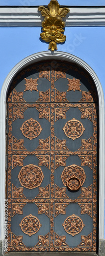 In de dag Kiev Texture of beautiful high decorative metal door to church in Kiev, Ukraine