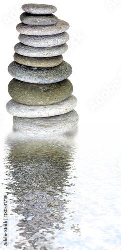 Keuken foto achterwand Spa pile de galets, reflets dans l'eau