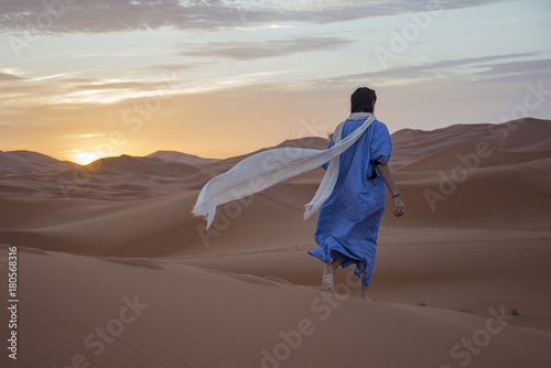 Fotobehang Marokko Ragazza nel deserto del Sahara, Merzouga, Marocco