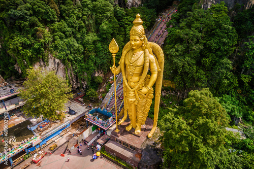 Canvas Kuala Lumpur Batu Caves near Kuala Lumpur, Malaysia, aerial view of Lord Murugan Statue and entrance to the famous cave temples.
