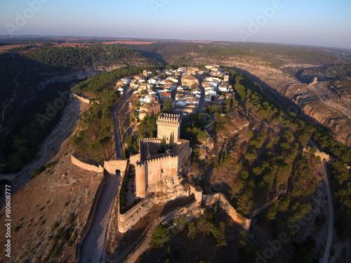 Fotobehang Diepbruine Vista aérea de Alarcón ( Cuenca)