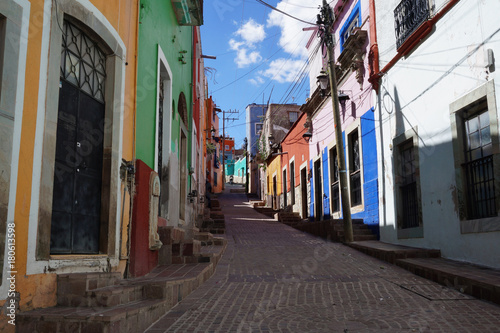 Deurstickers Smal steegje Guanajuato Mexico November 2017, Colonial colourful narrow street in the town's center.