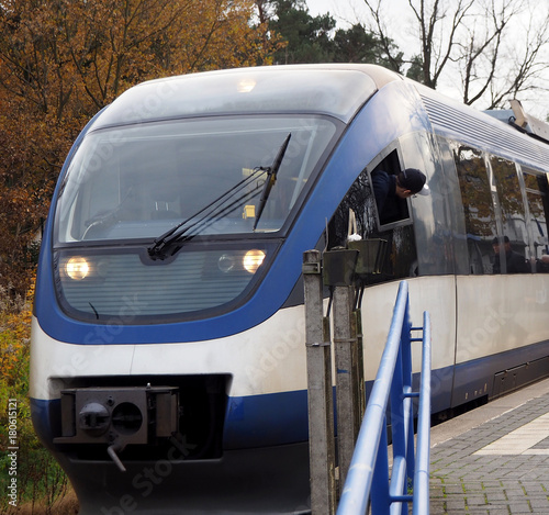 Papiers peints Voies ferrées Moderner Triebwagen am Bahnsteig