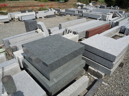 石材工場に並んだ墓石 - 180645528