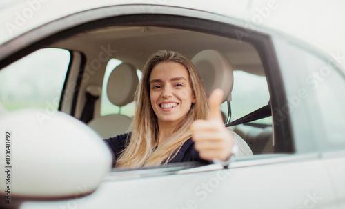 Donna al volante in auto, macchina nuova