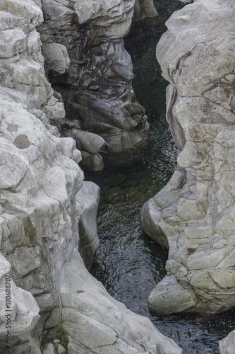 Fotobehang Donkergrijs Maggiatal, Felsen, Flussbett, Auswaschungen