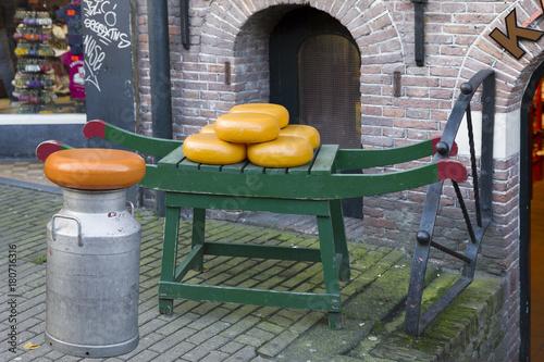 Papiers peints Amsterdam Käse auf einem Tragegestell