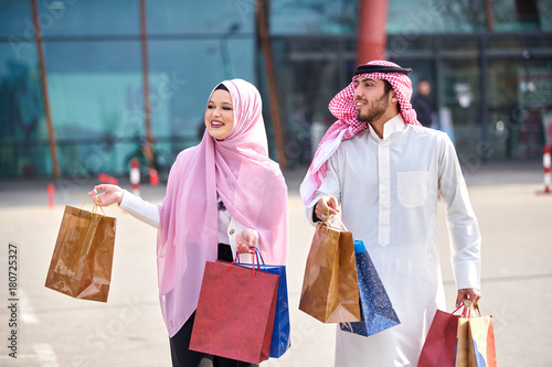 Staande foto Dubai Young muslim couple shopping