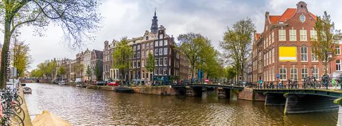 Poster Amsterdam Panorama d'un canal et ses maisons typiques à Amsterdam, Hollande, Pays-bas