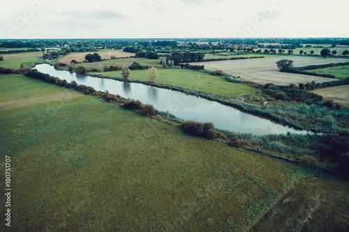 Papiers peints Olive Fluss in Landschaft