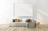 Sofa mit Kissen vor Wand mit leerem Bild