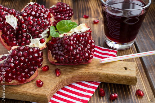 Fotobehang Sap Pomegranate and juice on the wooden background