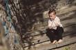 Маленький мальчик играет палочкой в руке