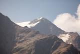 cima di mintagna con neve e cielo con nuvole bianche - 180830506