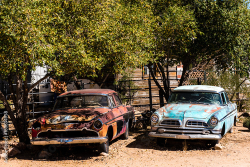 Fotobehang Route 66 Oldtimer an der Route 66 in Arizona im Schatten