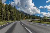 Przełęcz droga przed mostem we włoskich Alpach nadmorskich