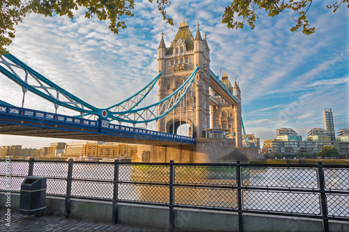 mata magnetyczna London - The  Tower bridge and Thames riverside in morning light.