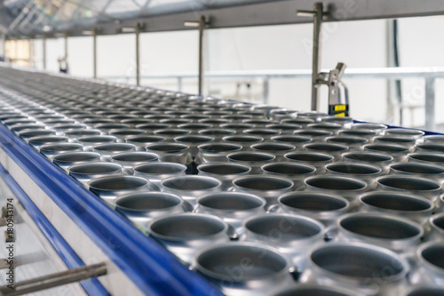 Plakat Conveyor line carrying thousands aluminum beverage cans at factory
