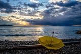 Parapluie jaune au bord de mer