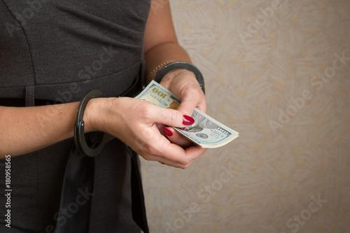 женские руки в наручниках