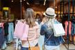 Zwei Frauen beim Shopping vor Boutique