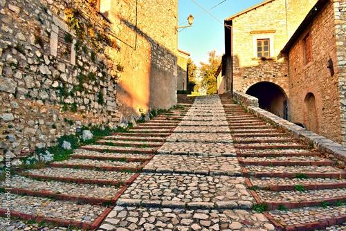 Tuinposter Smal steegje antica scalinata in pietra nel borgo medievale di Labro in Rieti, Lazio Italia