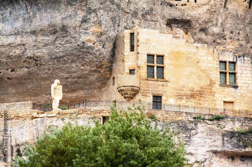 Papiers peints Cappuccino Les Eyzies de Tayac. Statue de l'homme de cro-magnon sur le chemin qui domine le village. Dordogne. Nouvelle-Aquitaine