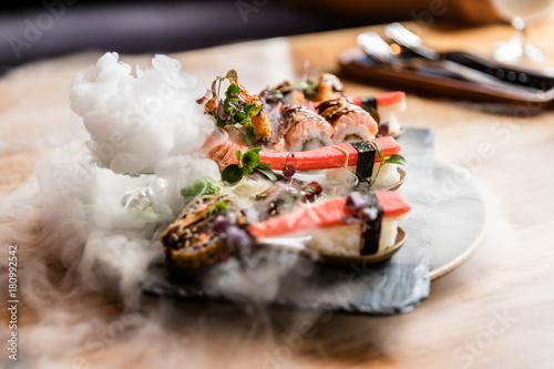 Tuinposter Sushi bar Sushi mit Nebel und Trockeneis