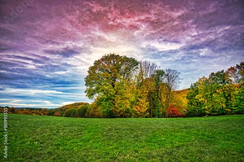 Foto op Aluminium Blauwe hemel Farbenfrohe Landschaft Im Herbst