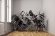 Kleiner Raum mit vielen Stühlen chaotisch gestapelt