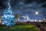 Winter in London: die Tower Bridge mit Weihnachtsbaum und Schneeflocken