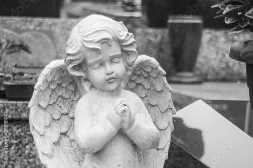 statue d'ange au cimetière - 181018104