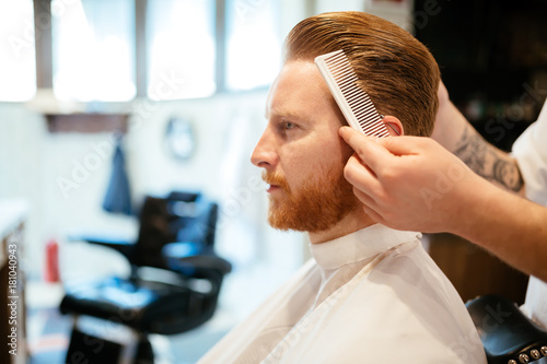 Aluminium Kapsalon Combing of hair and styling