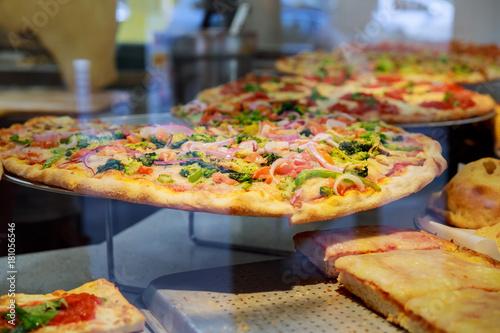Deurstickers Pizzeria Fresh Italian pizza in New York City pizzeria window