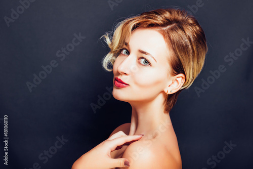 Aluminium Kapsalon Blonde girl with a short stylish haircut on a dark background