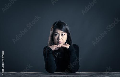 座っている女性 暗いイメージ Poster