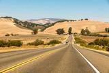 Straße und Gelbe Hügel in Kalifornien - 181110390
