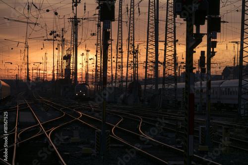 Papiers peints Voies ferrées Bahnhof im Sonnenuntergang