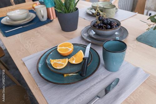 schön gedeckter Frühstückstisch - 181257958