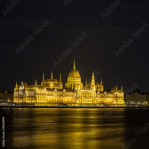 In de dag Boedapest Parlament von Budapest bei Nacht