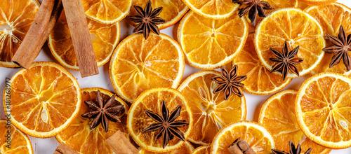 Fototapeta Getrocknete Orangen mit Zimt und Anis