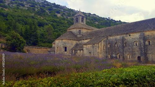 Tuinposter Lavendel Soleil couchant provençal sur l'abbaye de Sénanque.