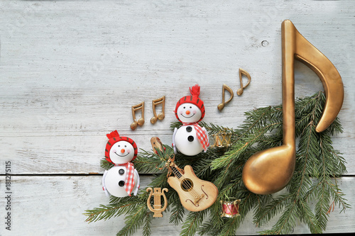 Plexiglas Muziek Snowman with christmas tree , music notes, instruments on wooden background