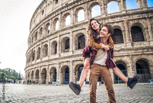 Para w Koloseum w Rzymie